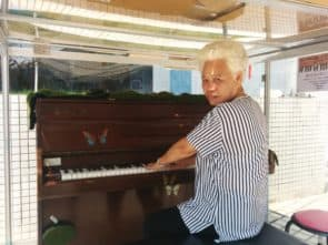鋼琴在石排灣時,由街坊蘭姨幫忙協調管理