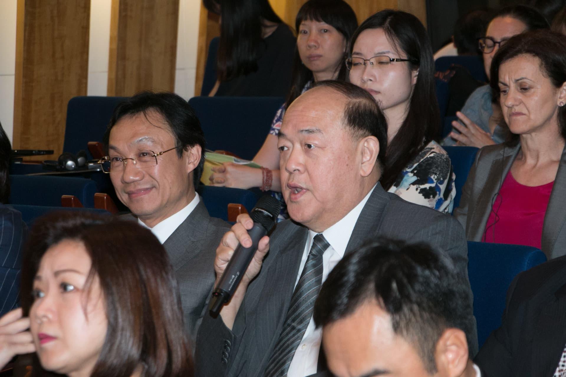 立法會主席賀一誠(圖右)、社文司長譚俊榮(圖左)
