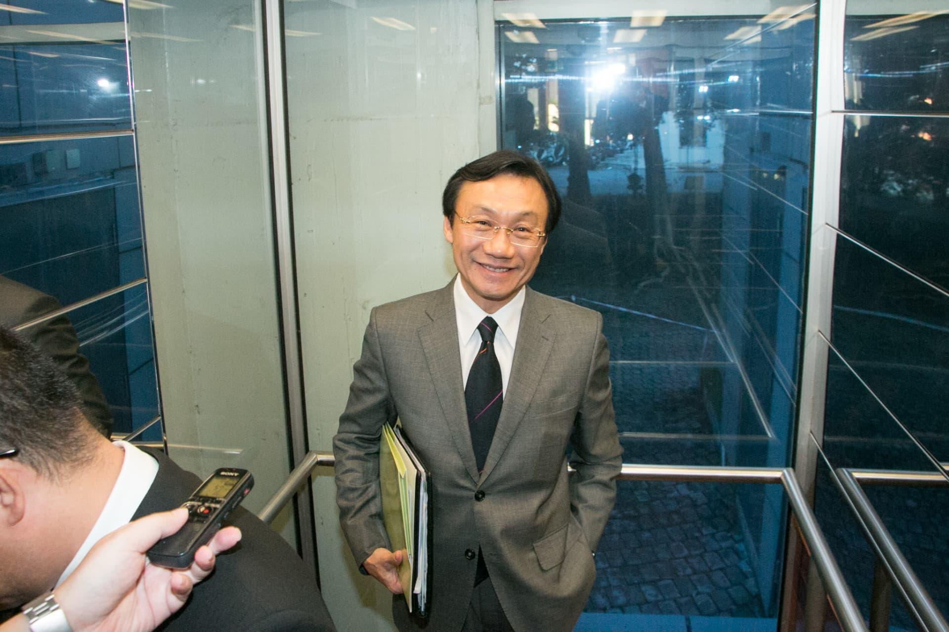 社文司長譚俊榮未等到會議完結就乘電梯離開