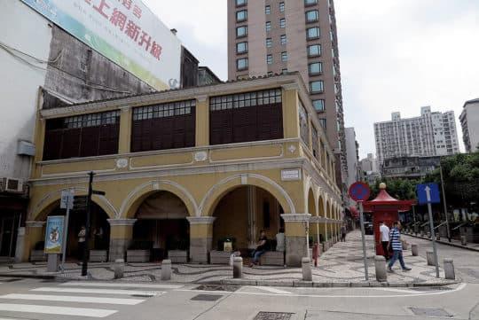 昔日的「鴉片屋」,現為同善堂第二診所,建築外面加上外廊設計,雖然不能說是本地騎樓的先驅,但多少啟發之後的「店屋」設計成拱形騎樓。