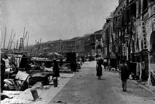 1903年的內港,在圖中的右邊可看到拱形騎樓,上掛有招牌。(圖片來源: 「Album Macau」,頁41)