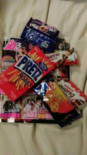 怕入院時悶,順便在樓下便利店買一堆零食和雜誌打發時間(筆者當年拍攝)