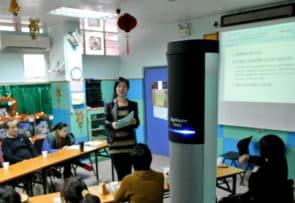 聲場系統,可應用在教室、小型演講等場合。講者使用麥克風說話,聲音經過放大器,再從揚聲器放出,可讓場內的聽障及非聽障人士都能聽到更清晰的聲音(圖片來源:澳門聾人協會)