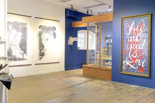 剛剛結束的《文藝起義──阿堅奴英文書法展》,為了配合藝術家的心思,整個展場油了寶藍色,之後工作人員要花費巨大力氣再回復成白色。