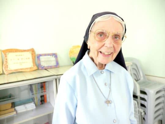 狄素珊修女(Sister Juliana Devoy)。