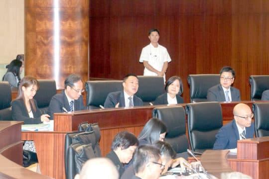 立法會全體大會審議《預算綱要法》草案。