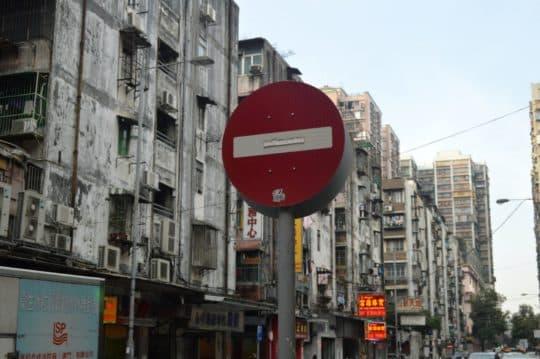 蘇文欣質疑日後在都市更新的操作上,會否出現不公平的極端例子,「樓上三四個單位不同意重建,但只要有幾個地舖同意就掂曬?」