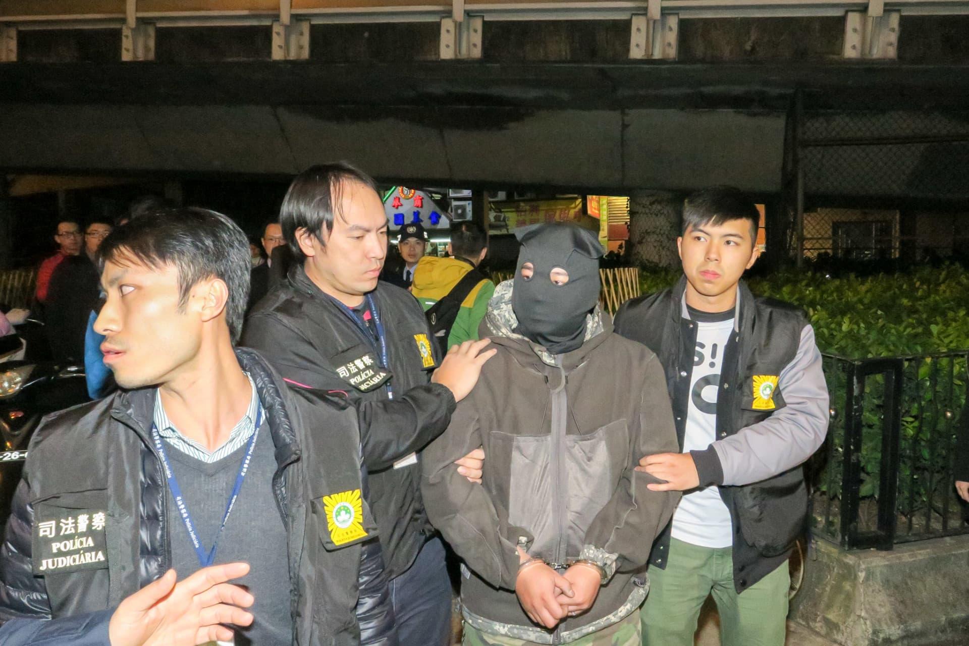 司警將涉案嫌犯帶返案發現場作案情重組