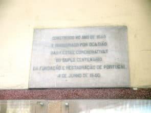 雀仔園街市門口牆上的石碑,文字大意為: 「建於1940年.為「百年雙慶」- 葡萄牙的建立與復興 - 揭幕。1940年6月4日」 。