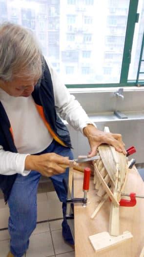 溫泉亦會應邀到學校教授製作木船技巧 。