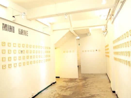 《Mini Game》為十一位本地畫家,創作了三百件同一尺寸、畫心只有3釐米的迷你水彩畫,內容圍繞各種生活事物。