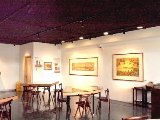 展覽在南灣湖旅遊學院的咖啡店內進行。