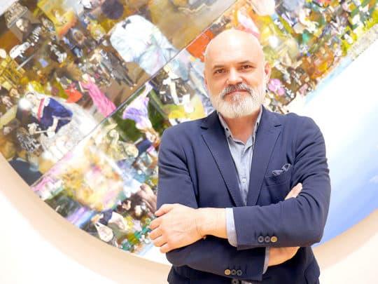 藝術家君士坦丁。他表示身後的作品正是2013年創作之今仍未售出的其中之一。