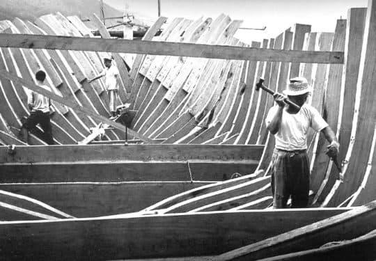 完成駁龍骨的工序後就會進行「釘旁」,也就是釘上船殼木板(即「旁板」)的步驟。(©李超宏,《尋找澳門:李超宏濠江舊影攝影作品》, 澳門:澳門藝術博物館,2004,頁112。)
