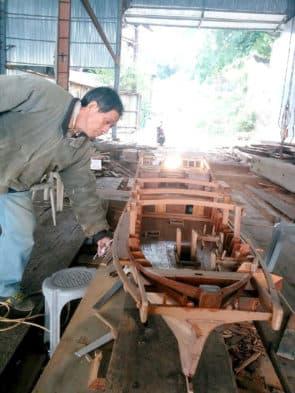 談錦全持續回荔枝碗做船模型。