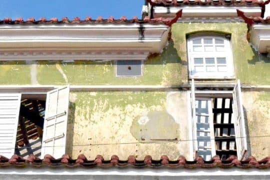 位於加思欄後新馬路2號的霍英東基金會大樓,為本澳上世紀典型的葡式住宅,去年被發現其屋頂已被拆至見光。工務局回覆傳媒查詢時稱,該地段屬國有土地及特區政府私產,當局於2014年3月收到該建築物授權人的裝修及擴建工程計劃的申請,會保留外立面。