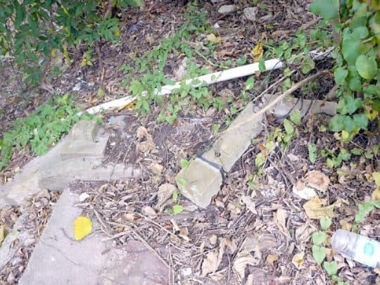 昔日樓梯旁一些石柱亦因日久失修而折斷,現場亦滿地垃圾及水管