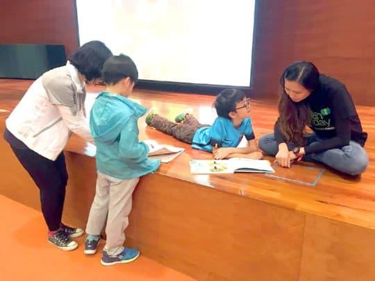 媽媽與自己的孩子共讀綠繪本