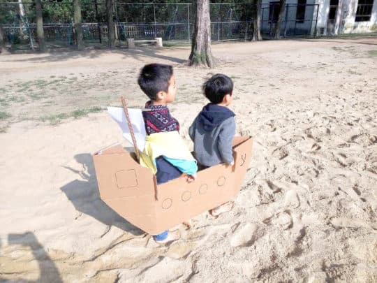 沙地上孩子的自由遊戲。