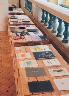 展覽包括澳門十六位創作者的獨立刊物創作。 台北、香港及上海三地共四間書店選書的小誌。 (©SomethingMoon)