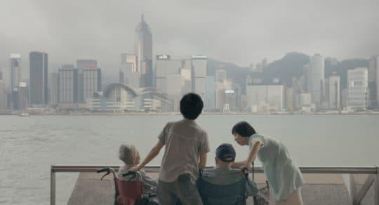 《伴生》中陳小姐與父母在尖沙咀海旁。