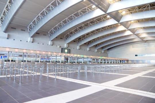 氹仔客運碼頭總建築面積約30萬平方米,但不少意見批評碼頭「大而無當」,內部許多設施仍未齊全,而面對港珠澳大橋即將通車,新碼頭未來仍否能夠有足夠客量撐起每年達到1億元的營運費用社會仍不得而知。(資料圖片)