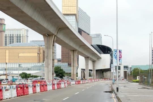 輕軌工程進度一拖再拖由2007年稱於2011年底竣工投入運作至2013年12月稱於2016年投入運作頻頻跳票。而第四屆政府上台後又將氹仔段的啟用日期延至2019年。