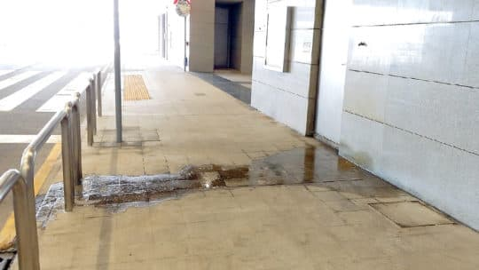 離境大堂旁邊的水喉亦有滴水。 (攝於6月26日)