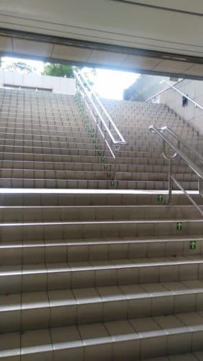 午後的陽光灑落在台北車站,而我因經常迷路而跑不少樓梯