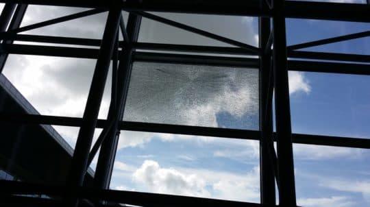 氹仔新客運碼頭營運首月有玻璃窗爆裂。海事局回覆《論盡》查詢時表示,碼頭大多採用鋼化玻璃,一般情況下鋼化玻璃存在一定的自爆機率,而鋼化玻璃自爆的情況較多出現在夏季,已要求承建單位跟進維修和更換事宜。(攝於6月27日)