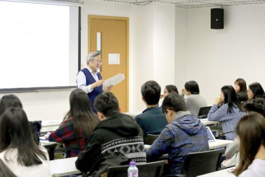 郝教授認為澳門學生和他之前教過的其他學生有什麼分別呢?「不一樣的是學生。澳門學生很少問問題……這是一個大問題。」