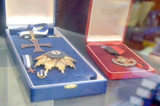 從政逾33年,歐安利的公職多籮籮:現任立法會間選(專業)議員、行政會成員、保安部隊及保安部門紀律監察委員會主席;2002年獲頒專業功績勛章。