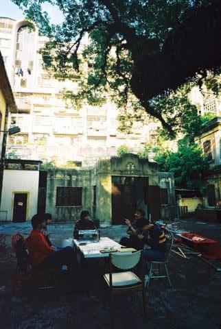 大家一直在說的「自由」大概就是如此:一個學習、思考、創作無拘束地進行的氛圍,讓歷史、自然與生命,相互交織共生的地方。(2002年駐場藝術家黃仁逵的繪畫工作坊,逢周六下午,婆仔屋大樹下進行,持續一年。)