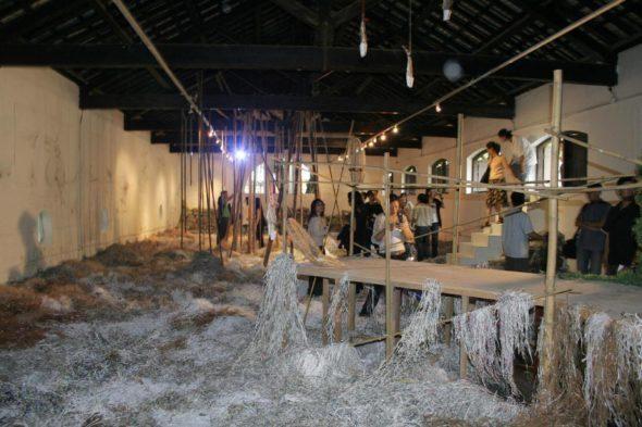 牛房倉庫,展場的自由特質最能激發創作人的思考與想像,此為《我不在2多元集體創作展》 現場。