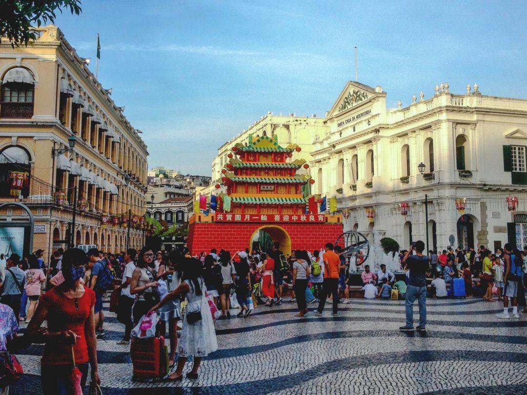 大型的中式紙紮城樓在葡式廣場中有顯得突兀。