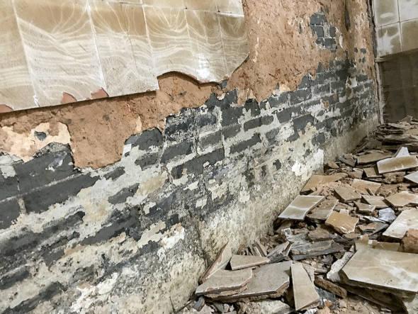 青磚牆的另一邊貼滿瓷磚,現因修復,正被拆除。