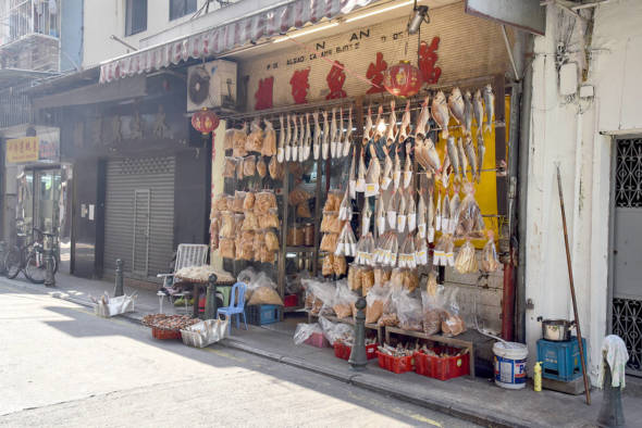 「如果問上一代的香港人,他們買的手信一定不是杏仁餅,而是蟹。因為澳門位處鹹淡水交界,淺灘也多,所以澳門的蟹當時很有名。」