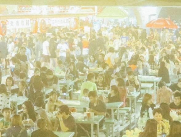 2017年11月,澳門獲聯合國教科文評為創意城市網絡的美食之都,官方文宣大吹大擂,但民間卻一片批評指現時餐館有多差,餸菜有多難吃。人們期望傳承老店,保持小城食品特色,業界則想要大展鴻圖。