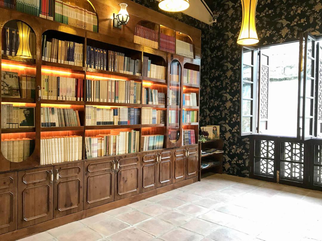 「文化公所」是濠鏡文化傳播有限公司向文產基金申請資助的項目,亦是文產基金九大受資助服務平台中唯一一個出版平台,服務範圍包括圖書策劃、出版、銷售和推廣等等。