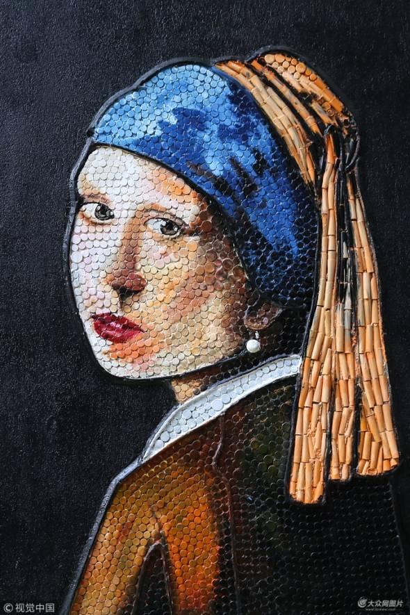 土耳其凡城舉辦「用回收物品裝飾街道」(Recycling street)活動,市民們一起用回收塑料拼出一幅《戴珍珠耳環的少女》壁畫。