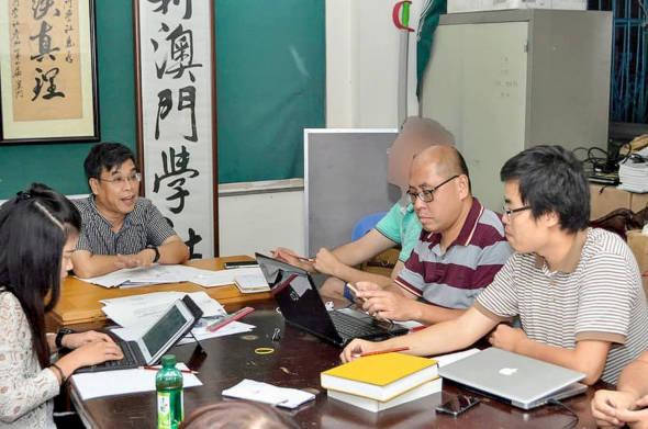 2015年9月,鄭明軒(右一)首次以理事長身份主持會議。