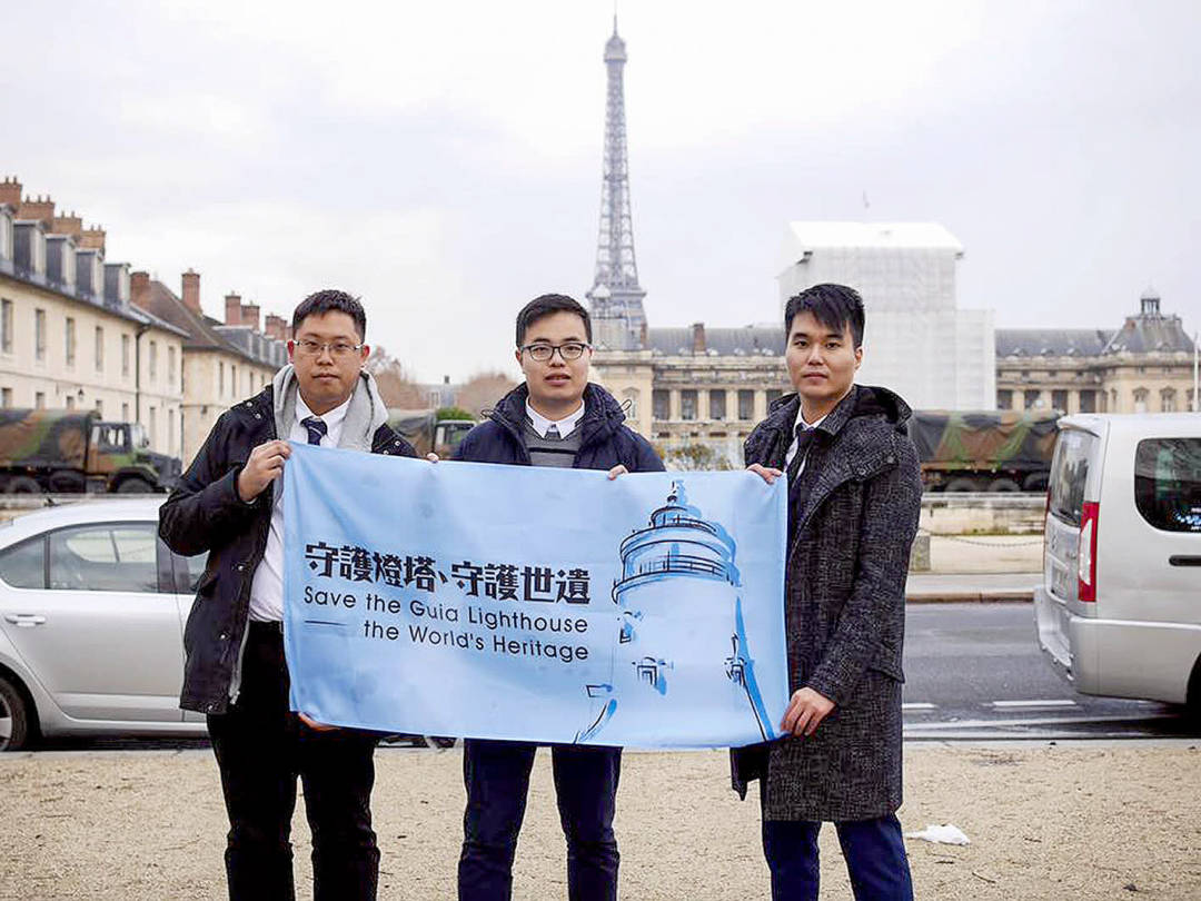 2016年新澳門學社鄭明軒、蘇嘉豪、周庭希到巴黎向聯合國反映東望洋燈塔保育危機 。