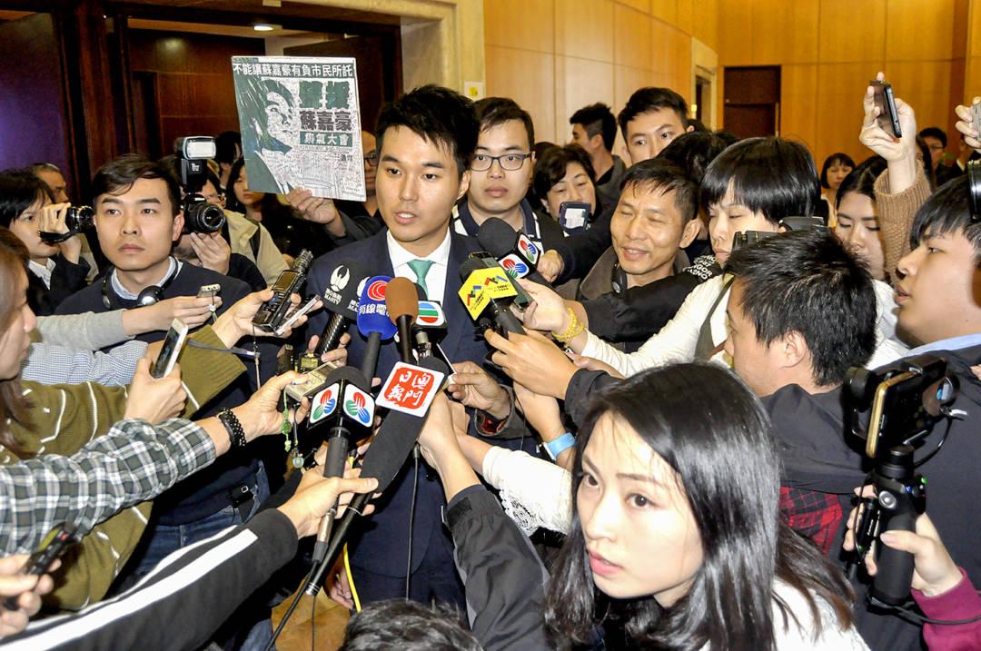 直選議員蘇嘉豪因於2016年5月15日反對「暨大一億」事件,於西望洋山特首官邸外投擲紙飛機,被控加重違令罪,被質疑政治打壓公民社會。