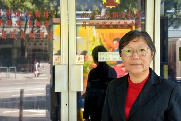 今年68歲的關姐,16歲就由車衣女工走向參與工運之路,1996年在澳葡最後一屆立法會循間選進入議會成為代議士,進入人生新階段的從政生涯,在2009年直選更榮膺票后。