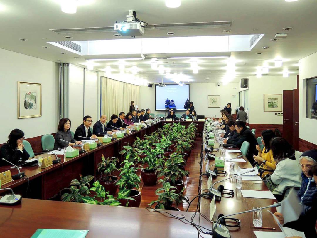 一六年家暴法立法關注聯席受邀出席立法會一常會會議,聽取政府代表解釋《家暴法》新文本內容。