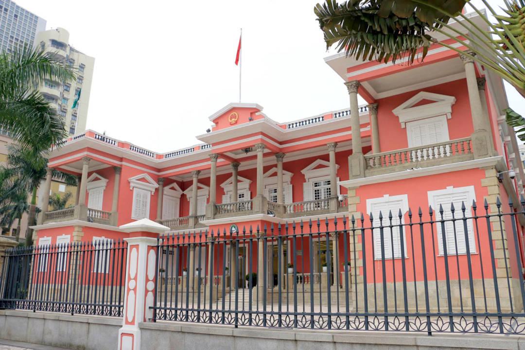 擺華巷,是今日澳門特區政府總部的所在之處。主權移交前,本地華人稱擺華巷那幢粉紅色的建築物為「澳督府」,可見不論回歸前或後,「擺華巷」都是澳門政治的重心之一。
