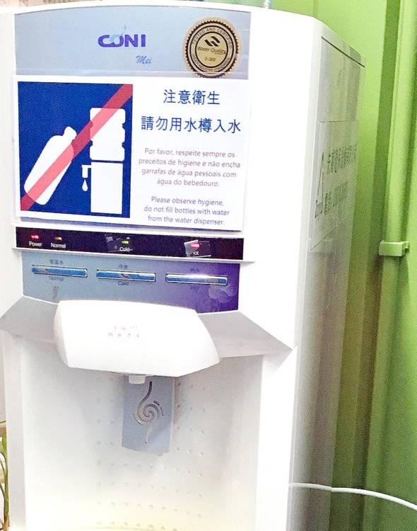 公共水機標明不可用水樽入水,有違環保原則。