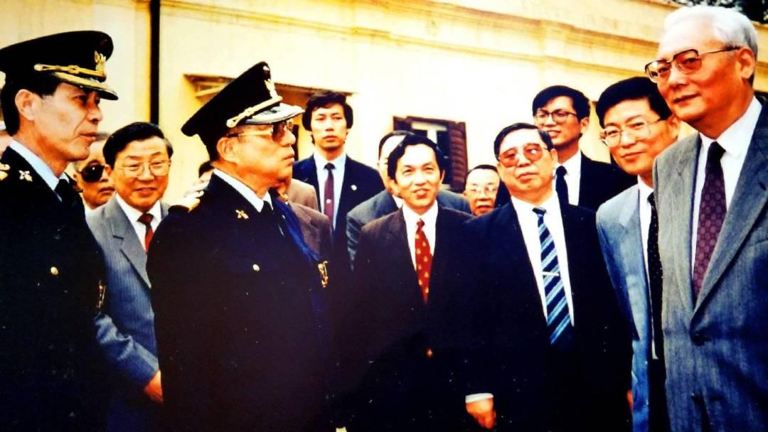 1990年,時任港澳辦副主任、澳門基本法起草委員會秘書長魯平(右一)訪澳,李向玉(古二)在旁擔任貼身翻譯。