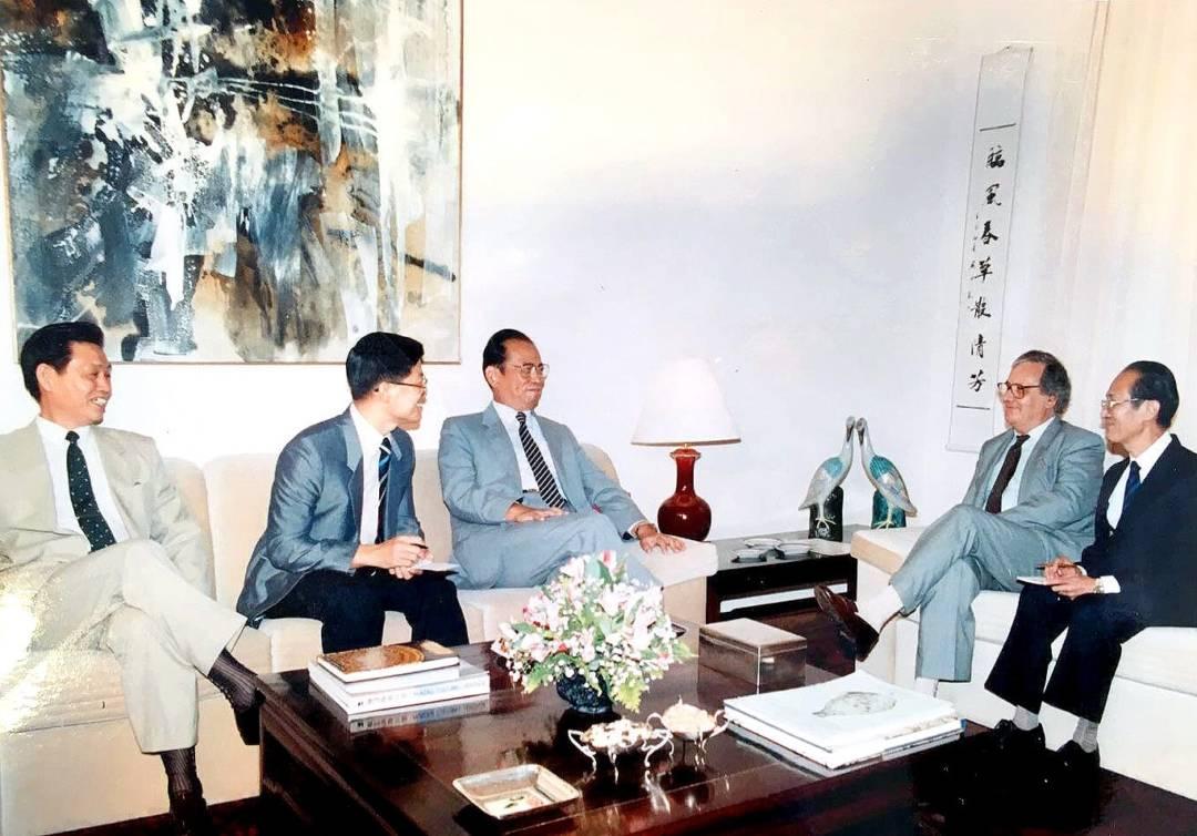 時任外交部副部長周南到訪澳門,與澳督文治文會晤。李向玉(左二)擔任翻譯。