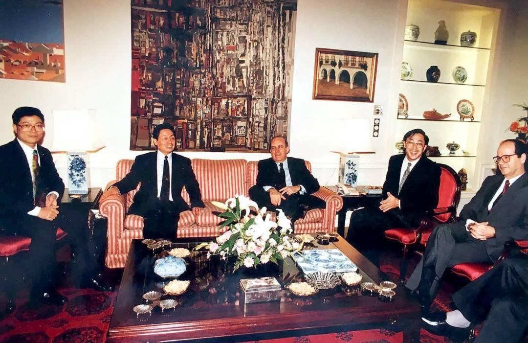時任澳門新華社社長郭東坡(左二)與澳督韋其立(中)會見,李向玉(左一)擔任翻譯。